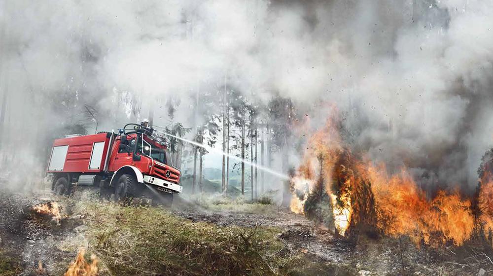 Unimog U5023 tackles a blaze